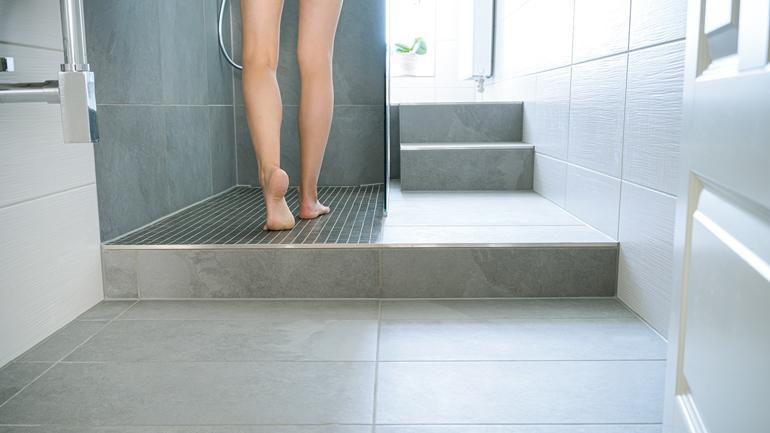 kaakelilattia kylpyhuoneessa